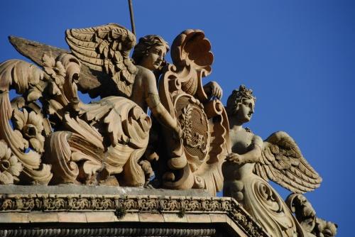 Les anges du fronton de la maison Giscard